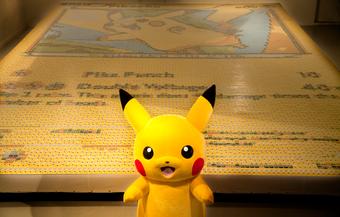 Mosaico de Pikachu hecho con cartas del TCG.